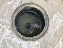 Ein Loch der Fettfalle mit dem Abflusssystem um das Haus stockfotografie