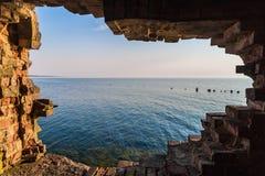 Ein Loch in der Wand der alten Festung Lizenzfreie Stockbilder