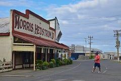 Ein lokaler Fijianblick an bei der Kreuzung der ruhigen Straße bei Levuka, Ovalau-Insel, Fidschi Stockfoto