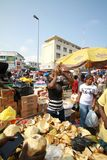 Ein lokaler Händler, der Kokosnüsse an einem Straßenmarkt in Accra, Ghana verkauft stockfotografie