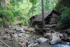 Ein lokales Haus unter den Bergen in Thailand, das für Touristen überrascht Stockbild