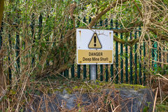 Ein lokales Ratszeichen warnt von den Gefahren der vielen veralteten und verlassenen Minenschächte im historischen 19. CEN Stockfotos