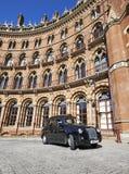 Ein London-Taxi oder 'ein schwarzes Fahrerhaus' bei StPancras Stockfotografie