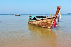 Ein Longtail Boot im orange Strandsand Stockbild