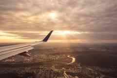 Ein Luftbild der Sonne, die an zwischen von den Wolken scheint Stockbilder
