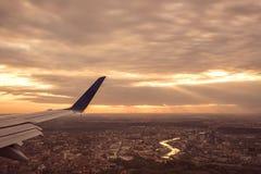 Ein Luftbild von Vilnius mit der Sonne, die etwas auf ihr scheint Lizenzfreies Stockbild