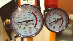Ein Luftkompressor pumpt Luft stock video footage
