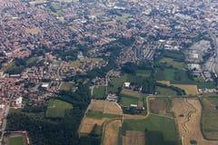 Ein Luftschuß der großen Höhe der flachen Landschaft mit Feldern, Wäldern und Städten Lizenzfreies Stockbild
