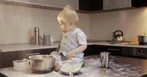 Ein lustiger Chefkoch spielt mit Mehl in der Küche stock footage