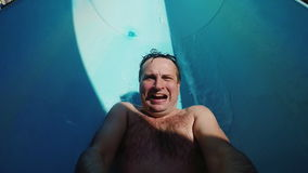 Ein lustiger Mann fährt auf Wasserrutsche Zeitlupe POV-Videos