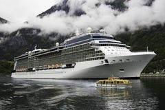 Ein luxuriöses Kreuzschiff verankert nahe einem norwegischen Fjord villageFlam während der Sommermonate Stockbild