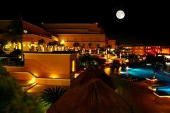 Ein Luxus aller einschließliche Strandurlaubsort nachts Stockbild