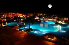 Ein Luxus aller einschließliche Strandurlaubsort nachts Lizenzfreies Stockfoto
