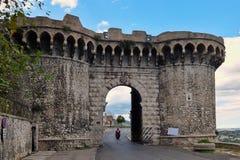 Ein mächtiges Stadttor schützte die kleine Umbrian-Stadt von Narni stockbilder