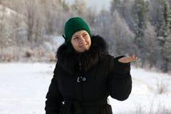 Ein Mädchen abfängt eine Schneeflocke Lizenzfreie Stockfotos