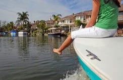 Ein Mädchen auf dem Bogen eines Bootes Lizenzfreies Stockbild