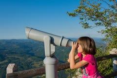 Ein Mädchen auf dem Standpunkt des Banjska-stena auf Berg Tara Lizenzfreie Stockbilder