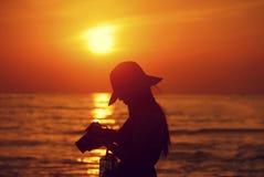 Ein Mädchen auf dem Strand Lizenzfreies Stockfoto