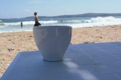 Ein Mädchen auf der Kaffeetasse lizenzfreies stockfoto