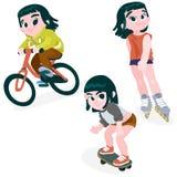 Ein Mädchen auf einem Fahrrad, Rollerblading, fahrend Skateboard Stockbilder