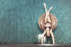 Ein Mädchen auf einem Kreis schwimmt auf das Wasser lizenzfreie stockbilder