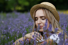 Ein Mädchen auf einem Lavendelgebiet Stockbild