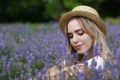 Ein Mädchen auf einem Lavendelgebiet Stockfoto