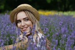 Ein Mädchen auf einem Lavendelgebiet Lizenzfreie Stockfotografie