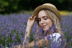 Ein Mädchen auf einem Lavendelgebiet Lizenzfreie Stockbilder