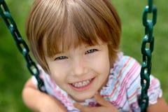 Ein Mädchen auf einem Schwingen lizenzfreie stockfotos