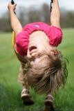 Ein Mädchen auf einem Schwingen stockbilder