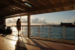 Ein Mädchen auf einem Stadtzwischenlagenschiff stockfotos