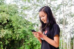 Ein Mädchen benutzt einen Smartphone stockfotos