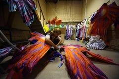 Ein Mädchen bereitet Kostüme vor Wiederholung vor lizenzfreie stockfotos