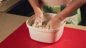 Ein Mädchen bereitet Plätzchen für Weihnachten in der Küche zu stock video