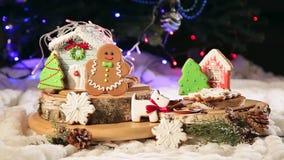 Ein Mädchen bereitet Plätzchen für Weihnachten in der Küche zu stock footage