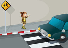 Ein Mädchen, das auf das Auto nahe dem Fußgängerweg zeigt Lizenzfreie Stockbilder