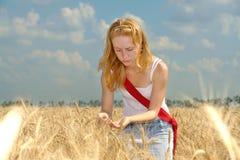 Ein Mädchen, das auf dem Gebiet arbeitet Lizenzfreie Stockfotos