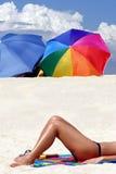 Ein Mädchen, das auf dem Strand sich bräunt Lizenzfreies Stockbild