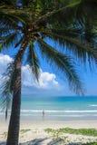 Ein Mädchen, das auf einem schönen weißen Sandstrand in Vietnam 2 steht Lizenzfreie Stockbilder