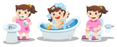 Ein Mädchen, das ein Bad, bürstende Zähne, sitzend auf Toilette nimmt lizenzfreie abbildung