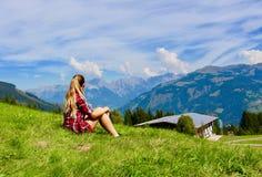 Ein Mädchen, das Berge betrachtet Stockbild