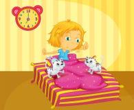 Ein Mädchen, das am Bett mit zwei Kätzchen aufwacht Lizenzfreie Stockfotos