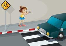Ein Mädchen, das ein Foto des Autos macht Lizenzfreie Stockfotografie
