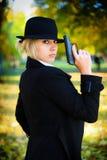Ein Mädchen, das eine Gewehr anhält. Lizenzfreies Stockfoto