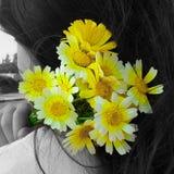 Ein Mädchen, das einen gelben Blumenstrauß hält Stockbilder
