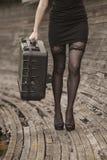 Ein Mädchen, das einen Motorradkorb trägt Stockfotos