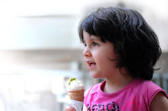 Ein Mädchen, das Eiscreme isst Stockbild