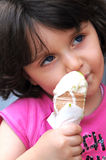 Ein Mädchen, das Eiscreme isst lizenzfreies stockfoto