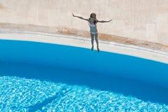 Ein Mädchen, das geht zu springen lizenzfreie stockfotografie